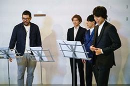 吉原光夫(左)がお手本の歌唱を披露。相手役はタカシ(右)。