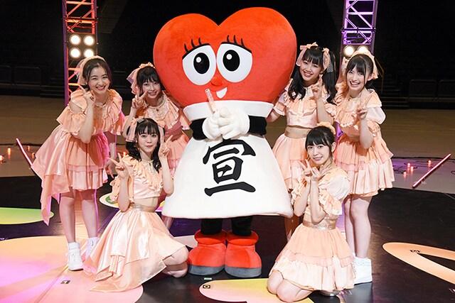 """超ときめき♡宣伝部とグループの公式キャラクター""""パブりん""""。"""