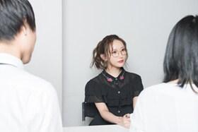 左からYuta(G)、菅野結以、Chiho(Vo)。