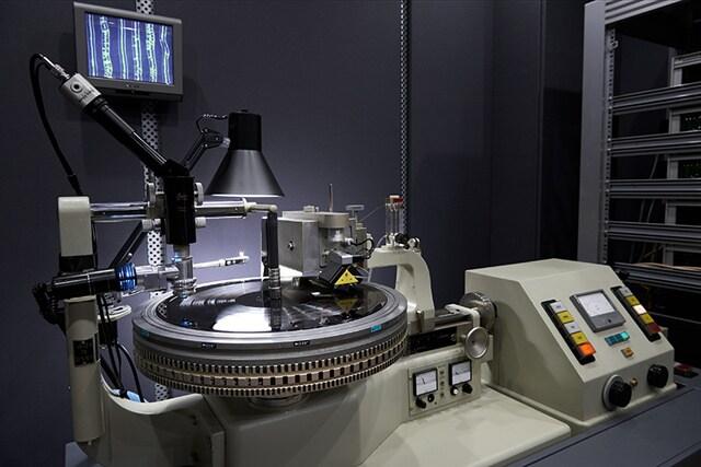 ソニー・ミュージックスタジオに導入されたアナログレコード用のカッティングマシン。(写真提供:ソニー・ミュージックエンタテインメント)