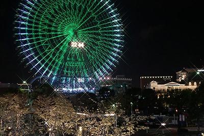 ライトアップされた神奈川・みなとみらいの観覧車。