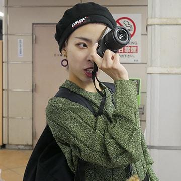 「LUMIX」カメラを構えるカミヤサキ。