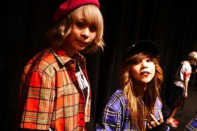 「NEGLECT ADULT PATiENTS」のランウェイショーに出演したテラシマユウカとココ・パーティン・ココ。