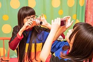 写真を撮り合うユイ・ガ・ドクソンとハルナ・バッ・チーン。