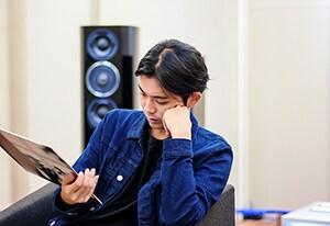キース・ジャレット「The Melody At Night, With You」のアナログレコードを手にする折坂悠太。