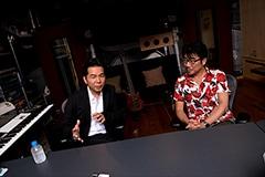 左から中村正人、亀田誠治。