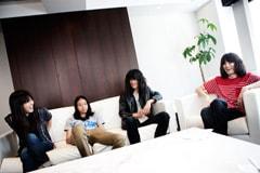 左から菅大智(Dr)、山中治雄(B)、丸山康太(G)、志磨遼平(Vo)。