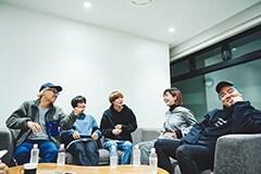 座談会の様子。左から渡辺旭氏(small indies table)、横山優也(KOTORI)、アマダシンスケ(FOMARE)、牛丸ありさ(yonige)、鈴木健太郎氏(small indies table)。
