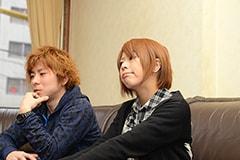 写真左から石坪泰知(Vo, B)、高橋智恵(Vo, G)