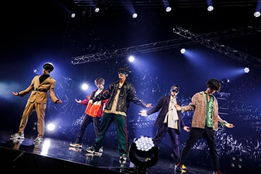 2ndライブ「Hit you !」よりメンバーのゴーグル着用写真。