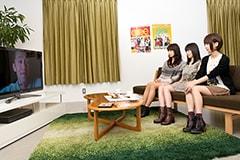 「glee/グリー シーズン1」を観る3人。写真左から深川麻衣、生田絵梨花、橋本奈々未。