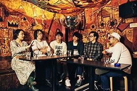 左から岡田梨沙、秋野温(鶴)、桃野陽介(モノブライト)、磯貝サイモン、前田恭介(androp)、松本素生(GOING UNDER GROUND)。