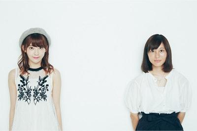 左から宮脇咲良(HKT48)、松本花奈。