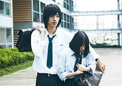 「ホットギミック ガールミーツボーイ」より、清水尋也演じる橘亮輝(左)、堀未央奈演じる成田初(右)。