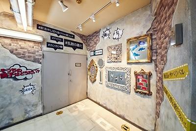 「ヒプノシスマイク -Division Rap Battle- +」のリリックが壁に刻まれた踊り場。