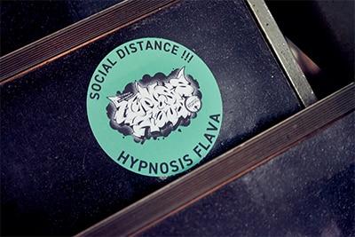 階段にさりげなく貼られた「Hypnosis Flava」ロゴのステッカー。