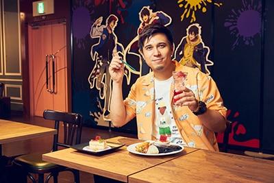 ストローと「~ゼリーサイダードリンクBuster Bros!!!~」でポーズをキメる木村昴。撮影後、すごい勢いでサイダードリンクを飲み干していた。