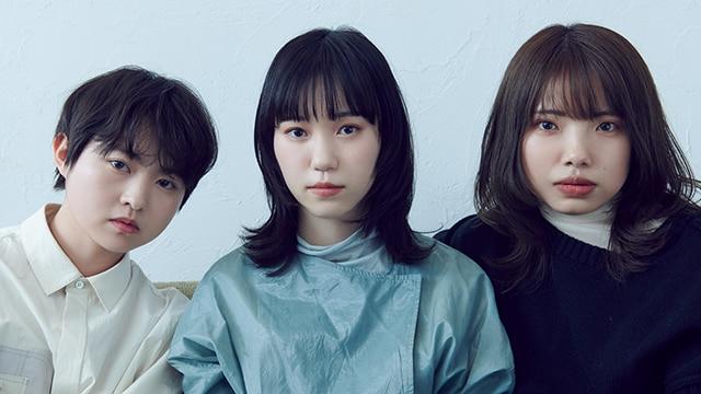 左から伊藤万理華、Karin.、枝優花。