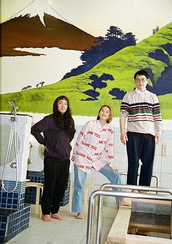 左からMC.sirafu(G, Key, Tp)、オラリー(Vo)、片岡シン(Vo, 三線)。