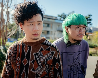 左から益田英知(Dr)、内田怜央(Vo)。