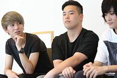 左から渡辺雄司(B)、岡田翔太朗(Dr)、高津戸信幸(Vo, G)。