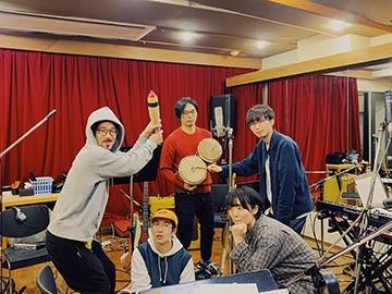 後列左からCoff(B)、鳥居真道(G)、沼澤成毅(Key)、前列左から浜公氣(Dr)、mei ehara。