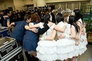 ツアーファイナルとなった2013年3月31日北海きたえーる公演の開演直前の様子。メンバーとスタッフで円陣を組み気合い入れを行う。