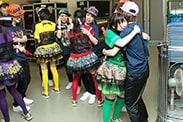 ツアーファイナルとなった2013年3月31日北海きたえーる公演の終演直後の様子。