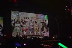 メインステージからサブステージに移る間も「給水所」などの仕掛けが用意され、メンバーの姿が会場内のスクリーンに映し出された。