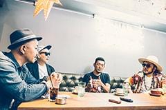 """左からプロデューサー・高橋マシ、宇多丸(RHYMESTER)、TOSHI-LOW(OVERGROUND ACOUSTIC UNDERGROUND)、社長(SOIL & """"PIMP"""" SESSIONS)。"""