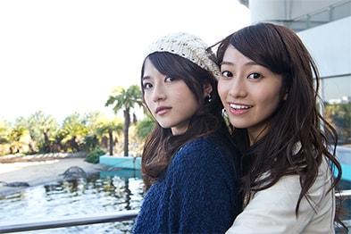 写真左から若月佑美、桜井玲香。