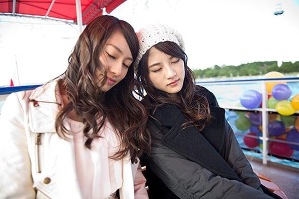 写真左から桜井玲香、若月佑美。