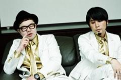 左から西寺郷太(Vo)、奥田健介(G, Key)。