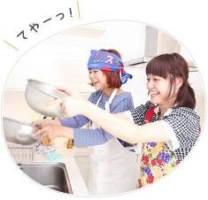 麺の水切りをするNao☆(手前)とおみそはん(奥)。