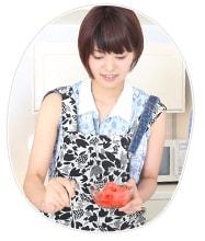 紅ショウガを盛り付けるMegu。