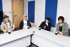 左から坂詰克彦(Dr)、清水泰次(B)、増子直純(Vo)、上原子友康(G)。