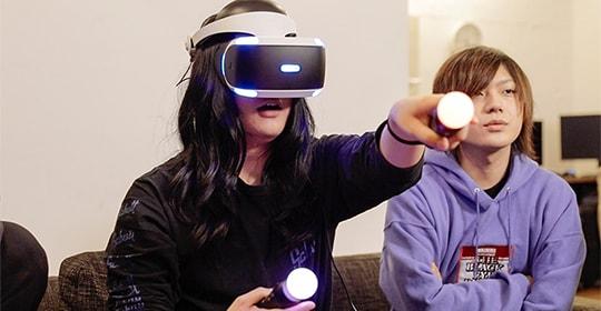 「Five Nights at Freddy's VR: Help Wanted」をプレイするもりもりもと(ヤバイTシャツ屋さん)。
