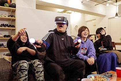 「Five Nights at Freddy's VR: Help Wanted」をプレイする岡崎体育とヤバイTシャツ屋さん。