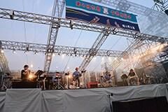 「京都音楽博覧会2014 IN 梅小路公園」のくるりのステージ。(撮影:久保憲司)
