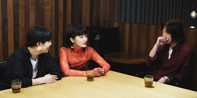 左からSalyu、コムアイ、小林武史。