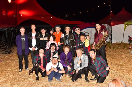 「FRIDAY NIGHT SESSION ~SKA IS THE PARADISE~」に参加したゲストミュージシャンと東京スカパラダイスオーケストラ。(撮影:小川舞)
