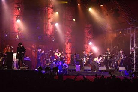 「RISING SUN ROCK FESTIVAL 2017 in EZO」より「FRIDAY NIGHT SESSION ~SKA IS THE PARADISE~」での峯田和伸(銀杏BOYZ)と東京スカパラダイスオーケストラによるパフォーマンスの様子。(撮影:釘野孝宏)