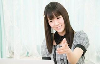 KAGURAの演奏にチャレンジする宮内桃子。