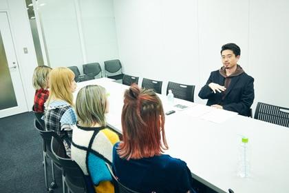 インタビューの様子。