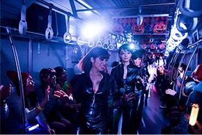 アップアップガールズ(仮)による「アイドルトレイン」ライブの様子。