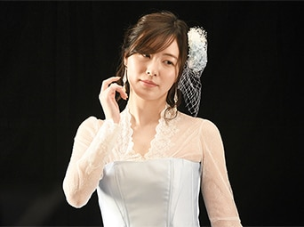 カメラの前で大人びた表情を浮かべる松井珠理奈。