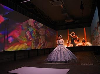 過去のMV映像に囲まれながらゆっくりと前進する松井珠理奈。