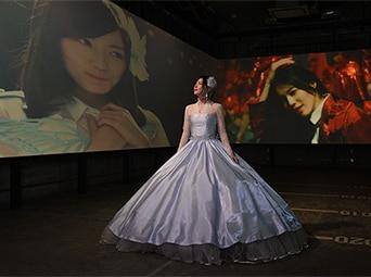 柔らかな表情で思い出の映像を眺める松井珠理奈。