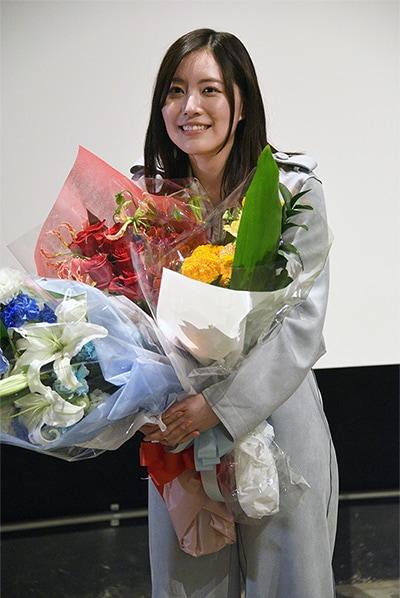 最後にスタッフから花束を受け取った松井珠理奈は、思わず感極まったような表情を浮かべていた。