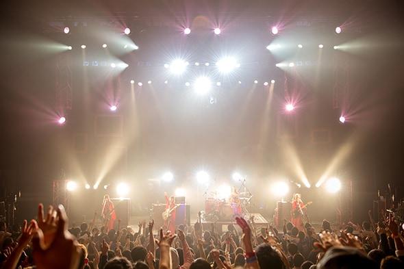 "「SCANDAL TOUR 2018 ""HONEY""」福岡・福岡市民会館公演の様子。"